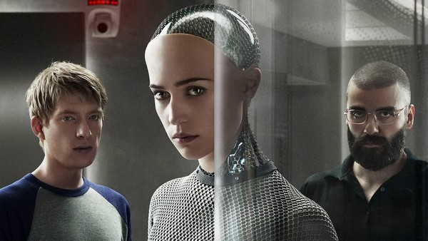 les acteurs Alicia Vikander, Oscar Isaac et Domhnall Gleeson dans Ex Machina